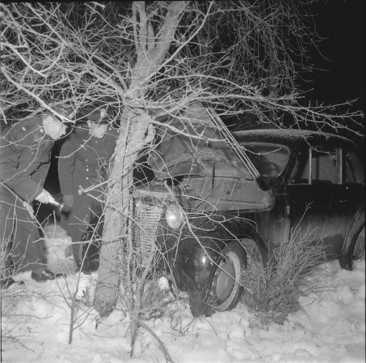 Efter att ha blivit jagade av poliser i radiobil, har ett par biltjuvar slutligen hejdats i Hackefors av ett träd. Olycka. Singelolycka.