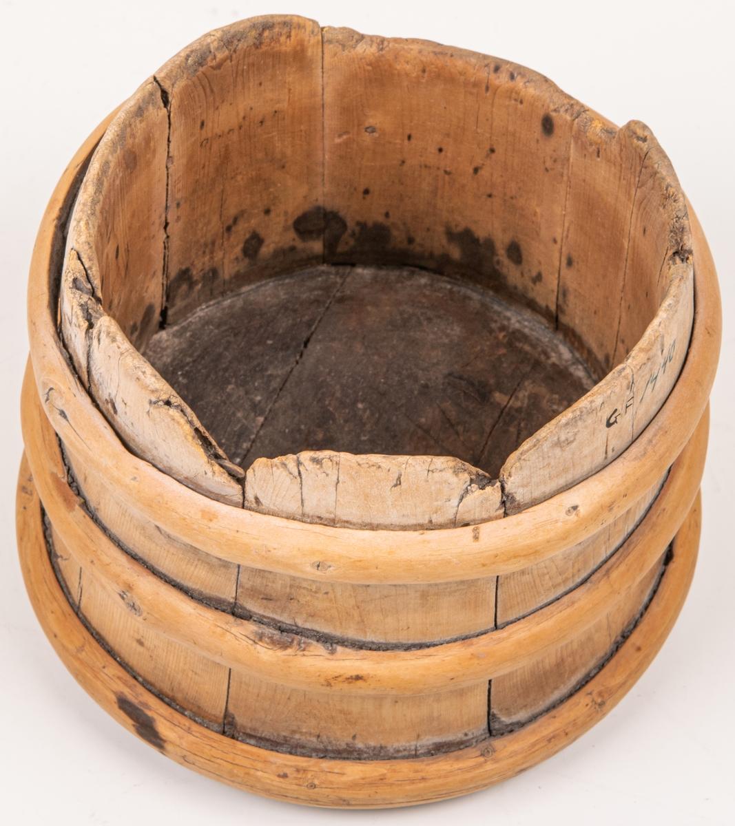 Litet laggkärl av enträ utan lock, med tre band. Märkt i botten 1674, m.m.