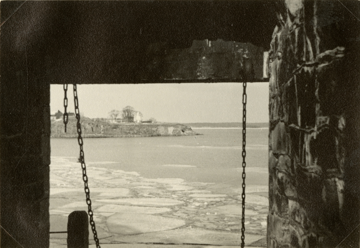 "Text i fotoalbum: ""Studieresa med general Alm till Finland 1.-12. mars 1939. Sveaborg."""
