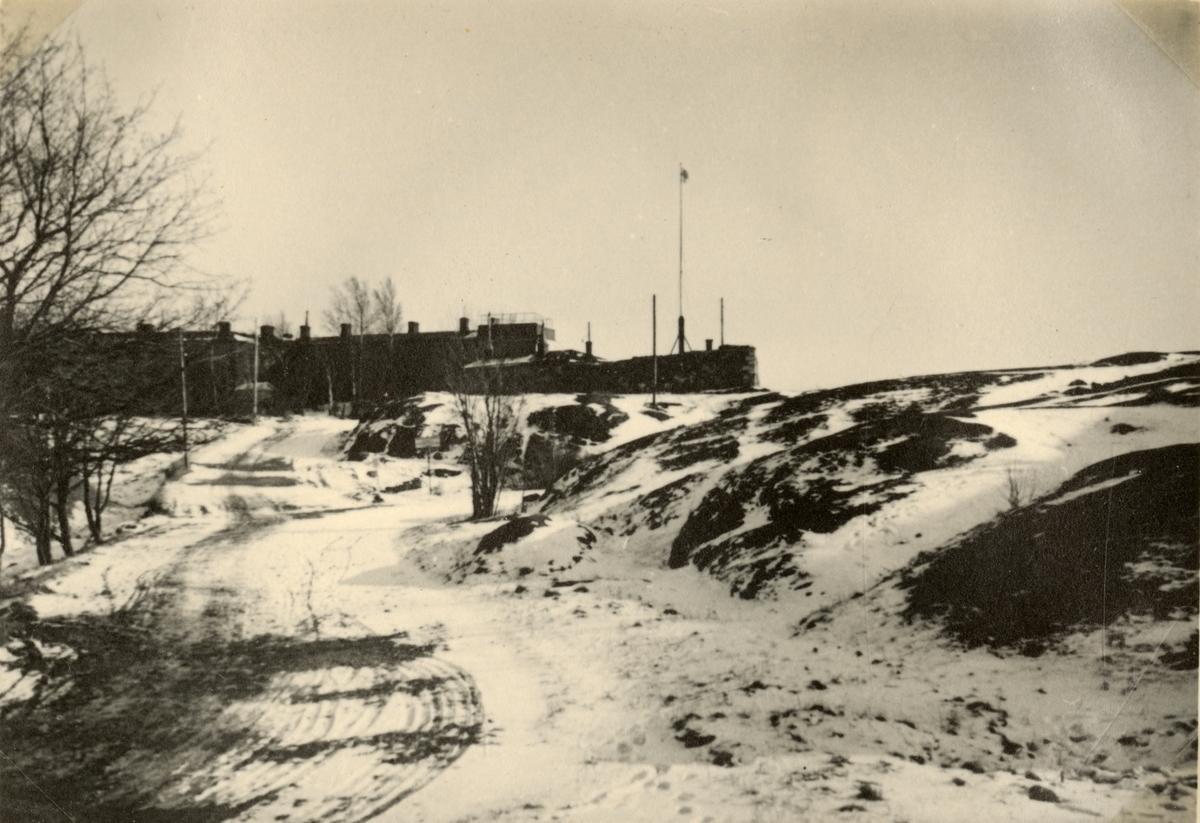 """Text i fotoalbum: """"Studieresa med general Alm till Finland 1.-12. mars 1939. Gustavsvärd på Sveaborg."""""""