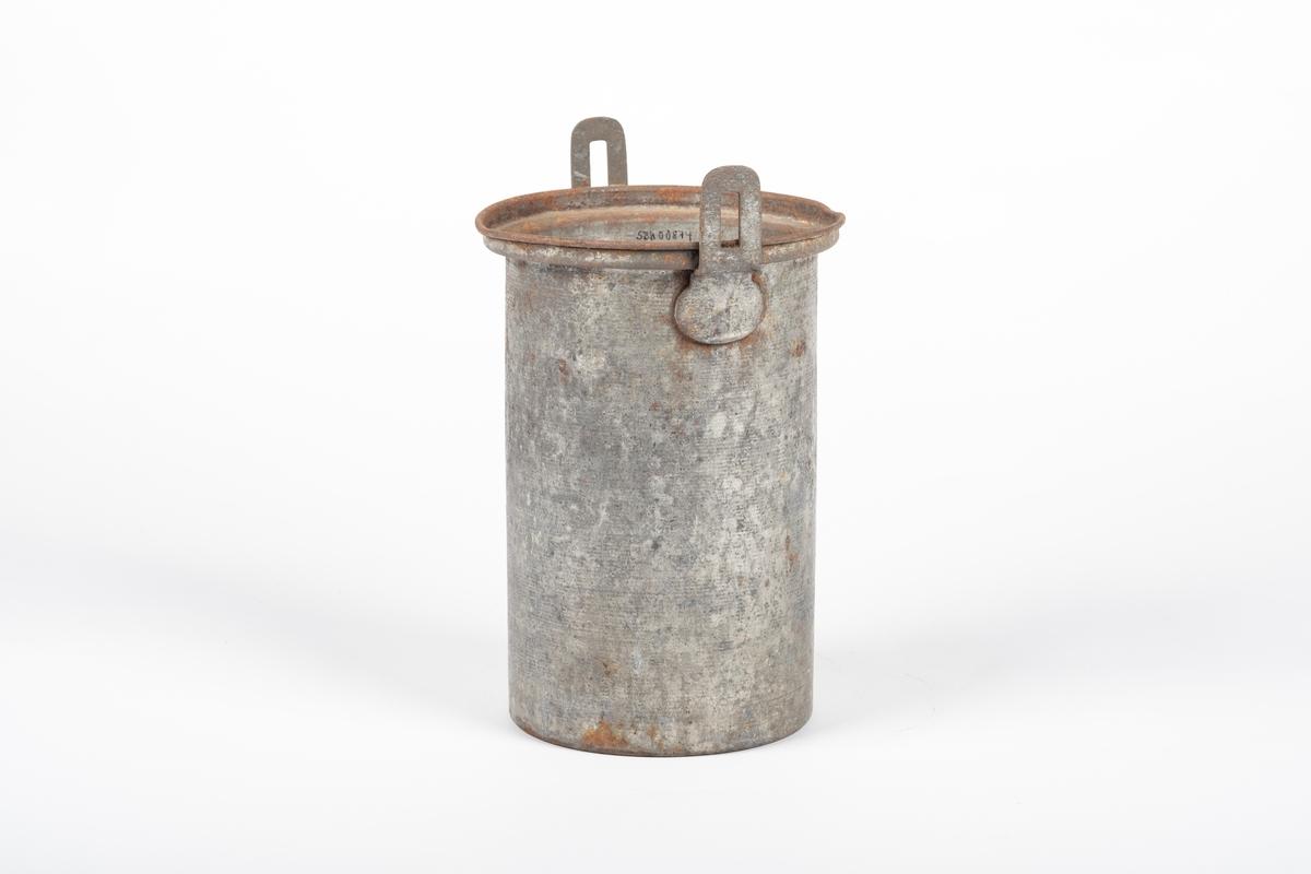Høy sylinderformet spann med to hanker, som er loddet på. Ser ut til å mangle lokk.