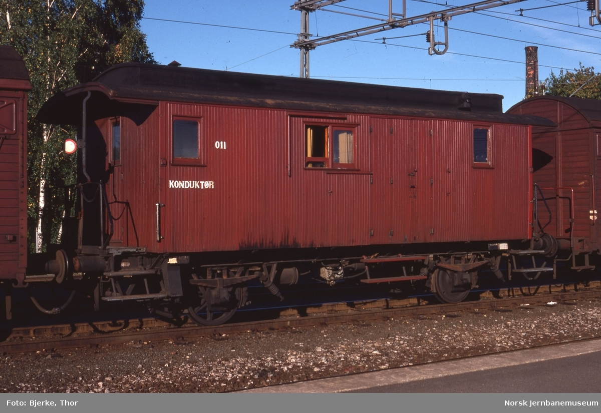 Konduktørvogn litra FV nr. 3011 i godstog 5326 på Lysaker stasjon