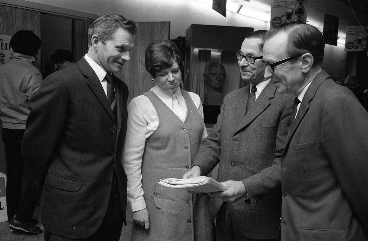 Arbetarekommunen har besök av justitieminister Lennart Geijer. Från vänster: Gustavsson, Inga-Britt Harlin, Lennart Geijer och Bertil Karlsson.  I bakgrunden skymtar en byst av Per Albin Hansson.