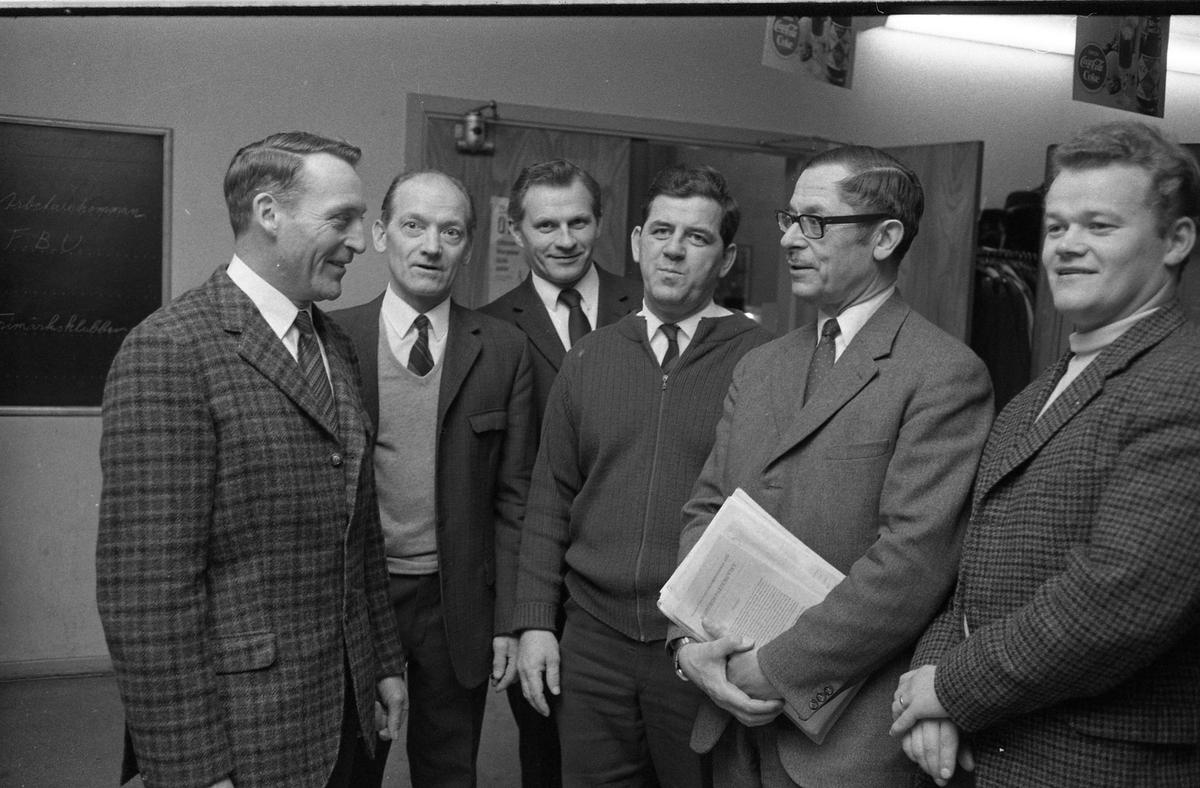 Arbetarekommunen har besök av justitieminister Lennart Geijer. Från vänster: Sven Odén, Nils Broberg, Gustavsson, Torbjörn Harlin (Fackförbundet Metalls ombudsman), Lennart Geijer och Lars Bergkvist.