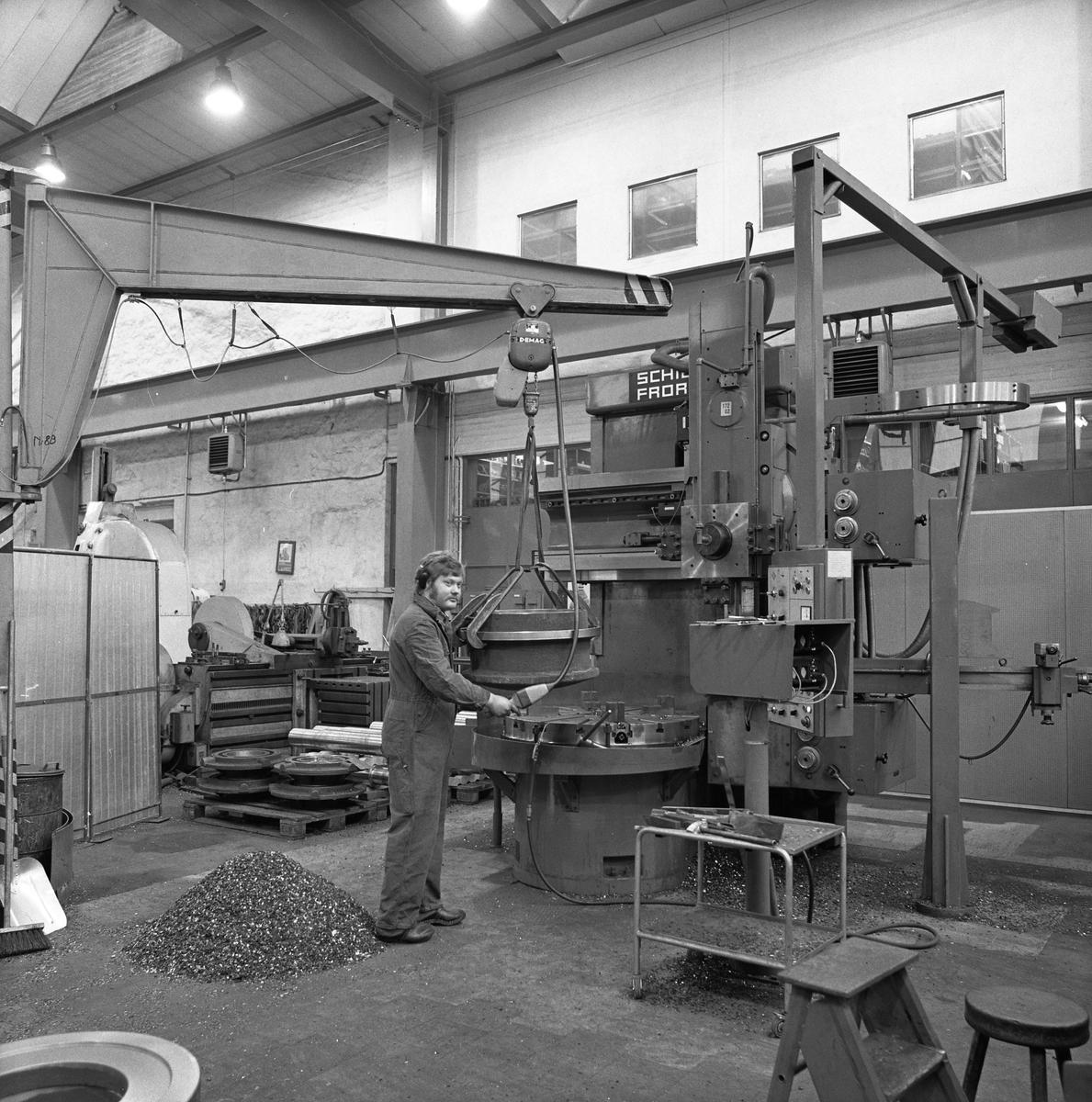 Interiör från maskinverkstan på Arboga Mekaniska Verkstad.  Mannen vid maskinen är Gunnar Engberg. Han har overall och hörskelskydd på sig.  25 september 1856 fick AB Arboga Mekaniska Verkstad rättigheter att anlägga järngjuteri och mekanisk verkstad. Verksamheten startade 1858. Meken var först i landet med att installera en elektrisk motor för drift av verktygsmaskiner vid en taktransmission (1887).  Gjuteriet lades ner 1967. Den mekaniska verkstaden lades ner på 1980-talet. Läs om Meken i Hembygdsföreningen Arboga Minnes årsbok från 1982.