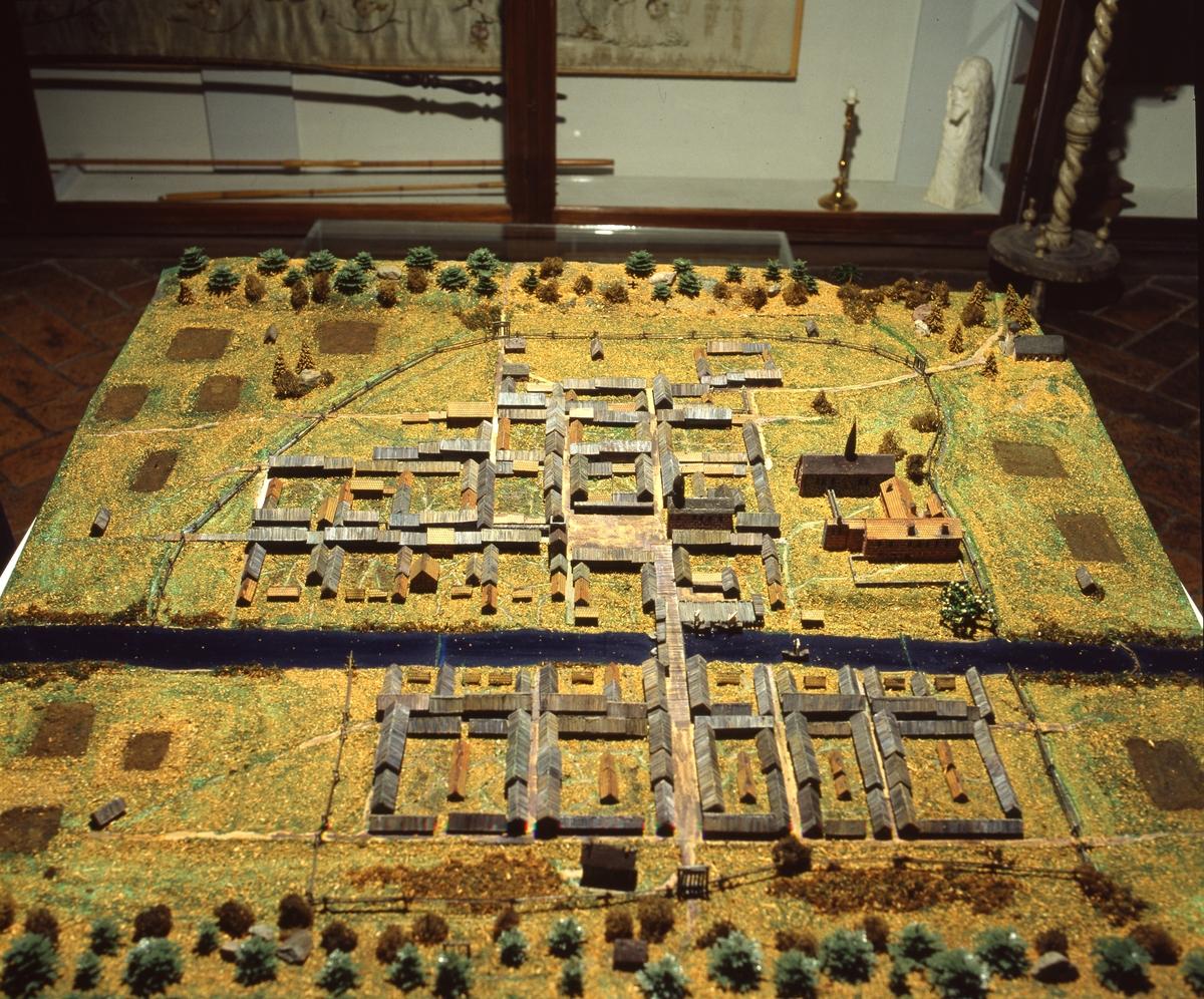 Arboga museum, modell av gamla Arboga Miniatyrlandskap med små hus kring fyrkantiga gårdar, en å i mitten, en bro och en kyrka