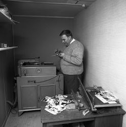 Arboga Tidning, personal och interiör. Man som arbetar vid e