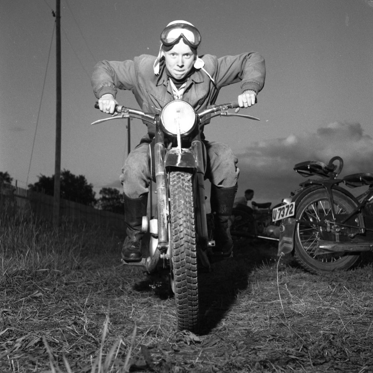 Arbogas Stjärnknutte Ung man på motorcykel. Han har skyddsglasögonen i pannan. Bilden är tagen på kvällen.
