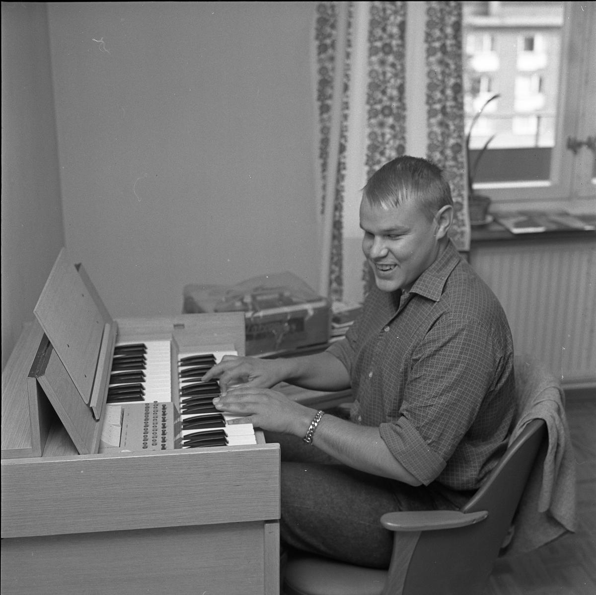 Arne Engström vid orgeln
