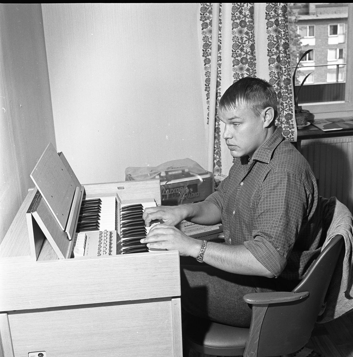 Arne Engström vid orgeln.