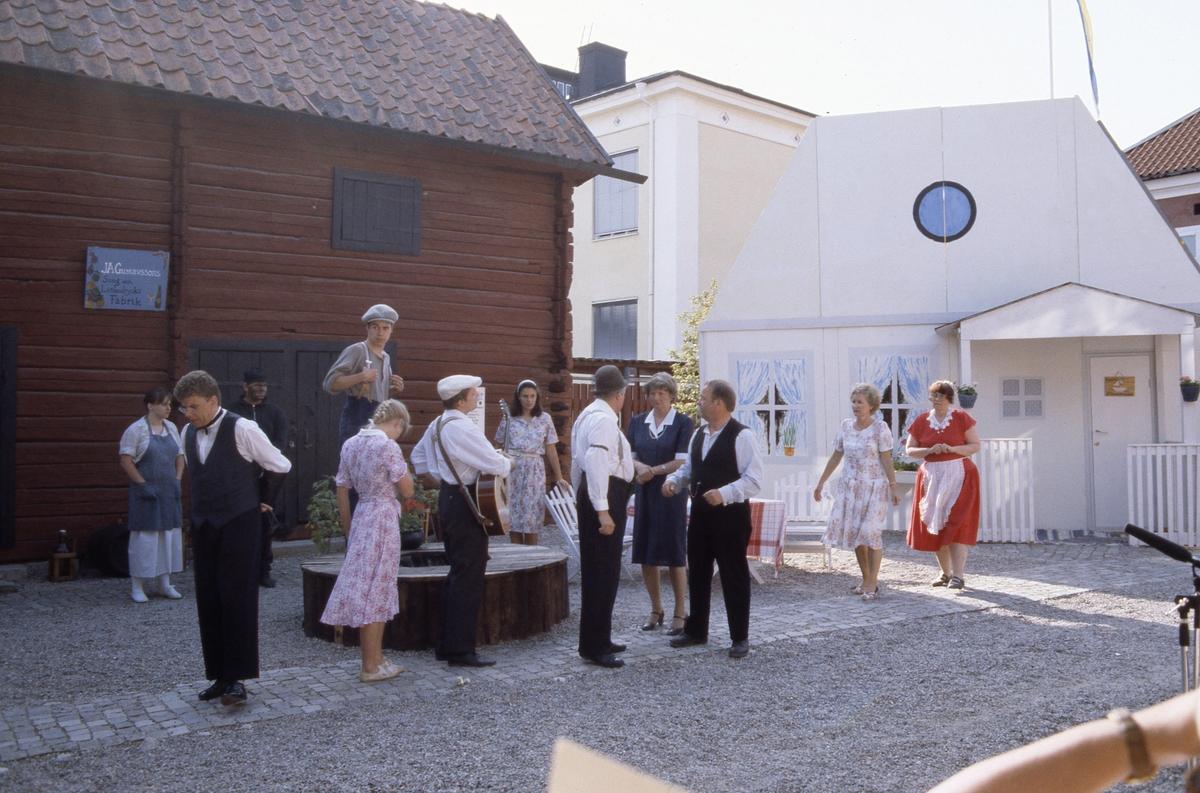 """Bygdespelets Vänner ger """"Söder om slussen"""" på museigården. Bland skådespelarna ses Markus Olsson, Marit Deubler, Daniel Nyhlén, Rolf Deubler, Birgitta Deubler och Ulla Hellström."""