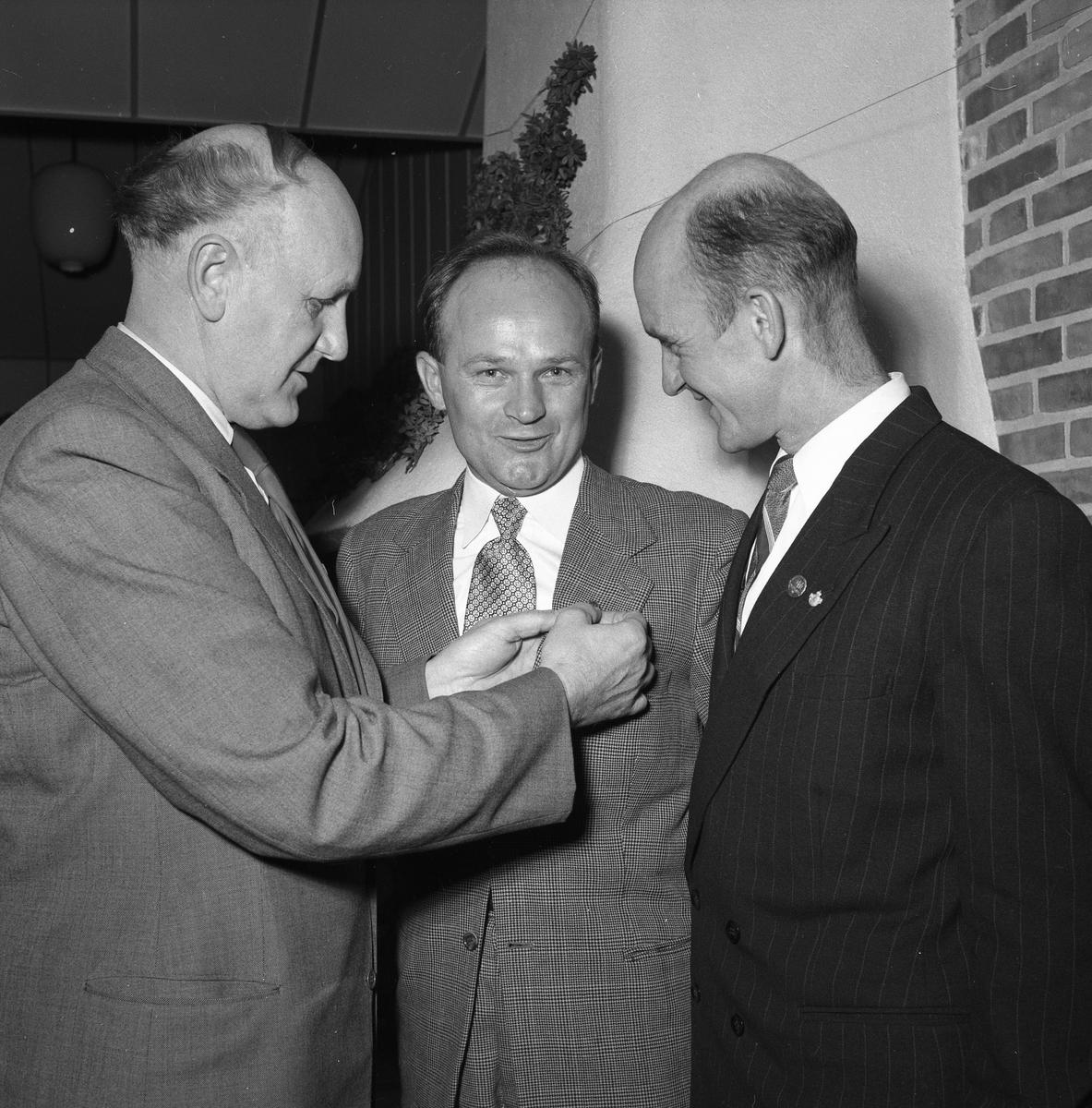 """Gösta Öijerholm får förtjänsttecken utdelat av Harald Larsson (""""Hajan""""). Martil Sköld, till höger, är också belönad. Jäders bruks IF"""