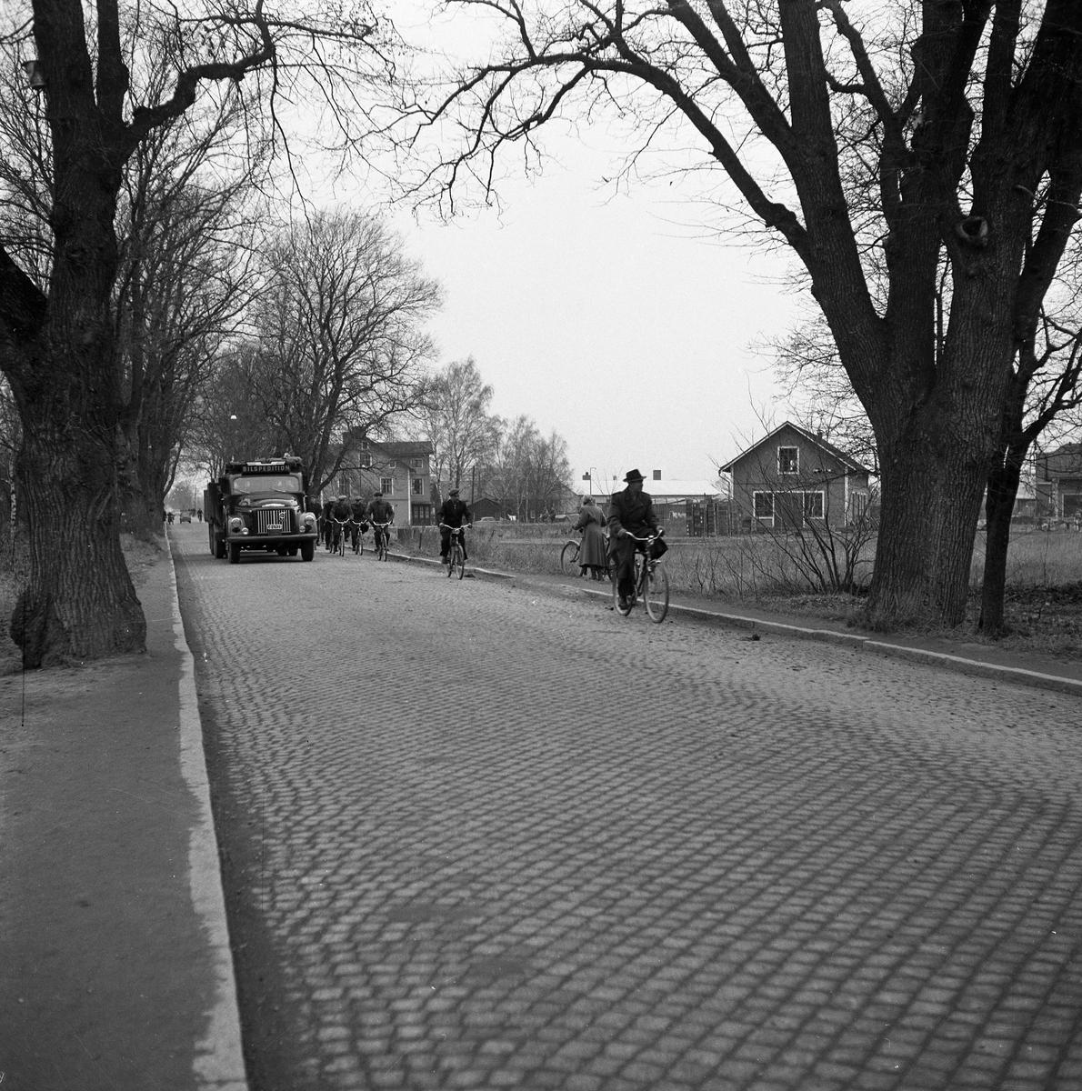 Jädersvägen En lastbil och människor som cyklar