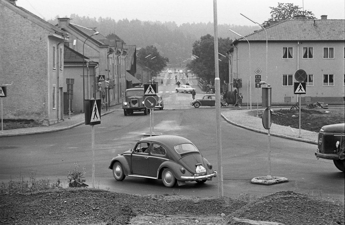 Korsning Stureleden, Herrgårdsgatan och Centrumleden Herrgårdsbron rakt fram i bild. Trafikskyltar, folkvagnar, lastbil.