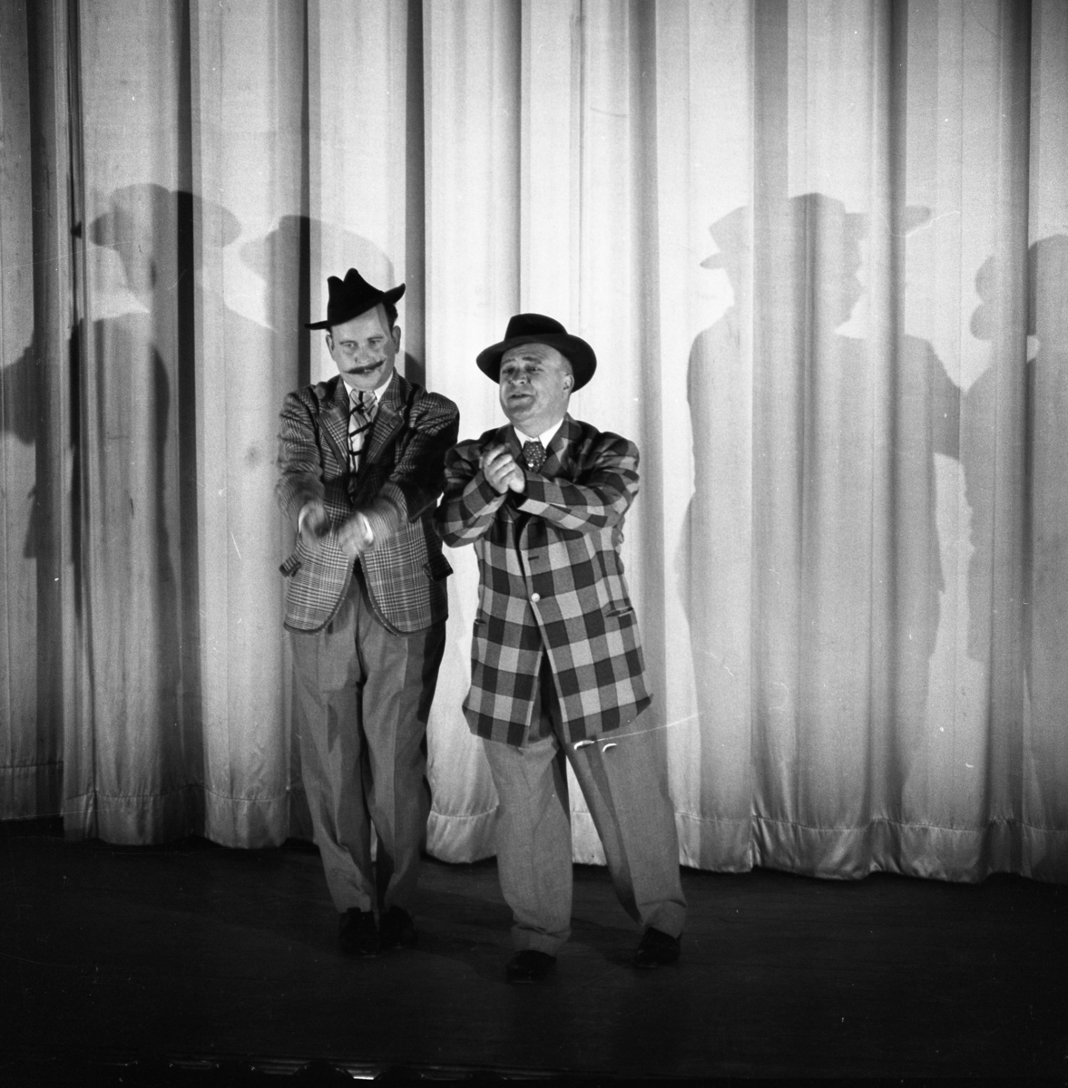 Lokalrevyn 1959 Två herrar, i hatt, på scenen