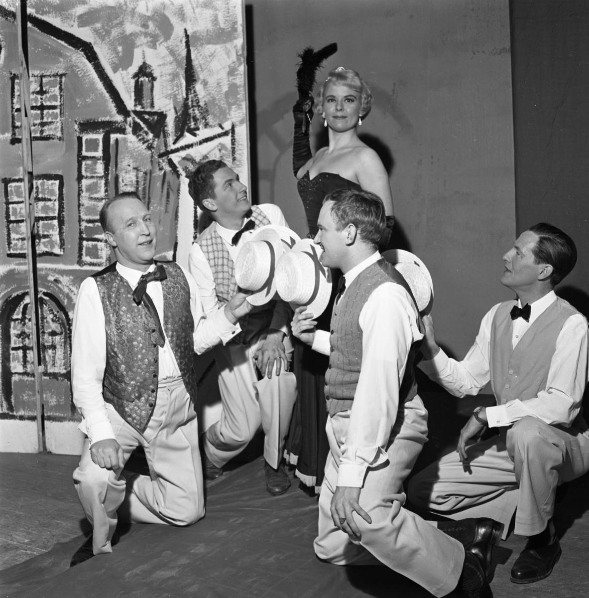 """Revyrepetition. """"Tusen tunnlar"""" hade premiär på Folkan på Trettondagsafton 1961. Primadonnan är Lisbeth Söderström-Alsbro. Männen är, från vänster, Anders Wadström, Larz-Thure Ljungdahl, okänd och okänd."""
