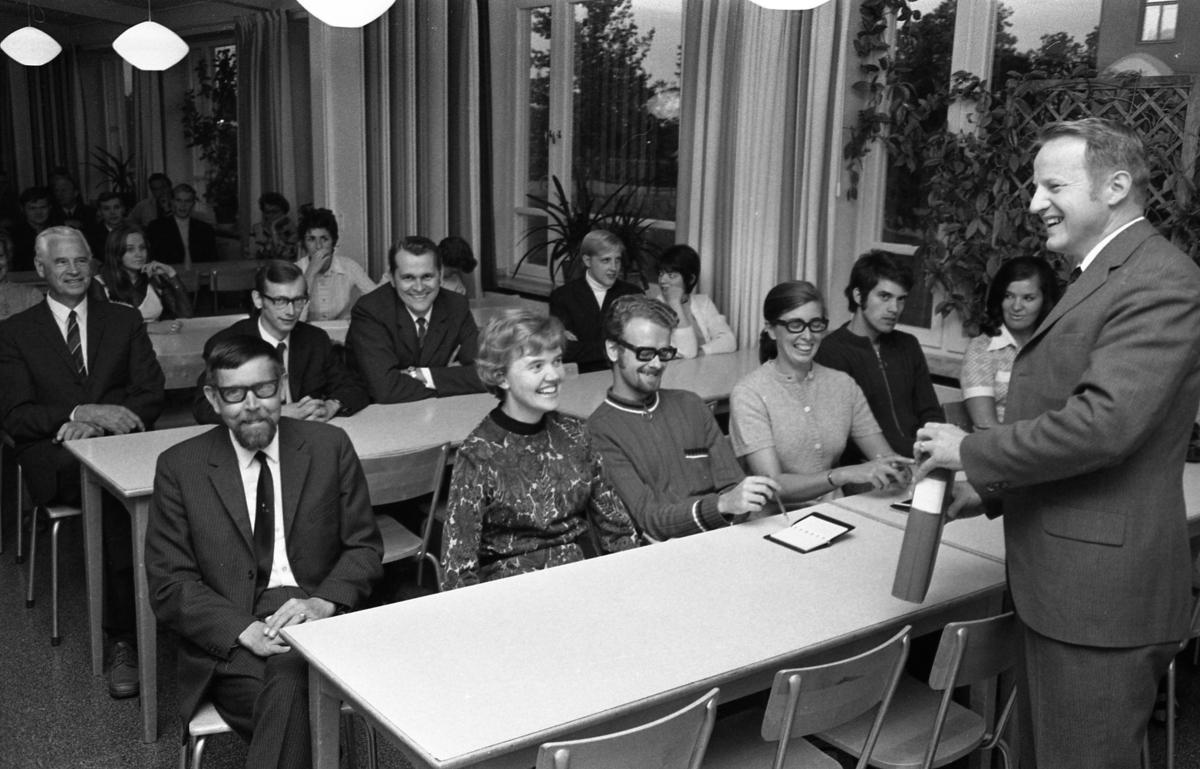 Studieupptakt. Första kvinnan, främre raden, från vänster, är Vivi Blomkvist. Bilden kan vara tagen i en skolmatsal/skolbespisning.
