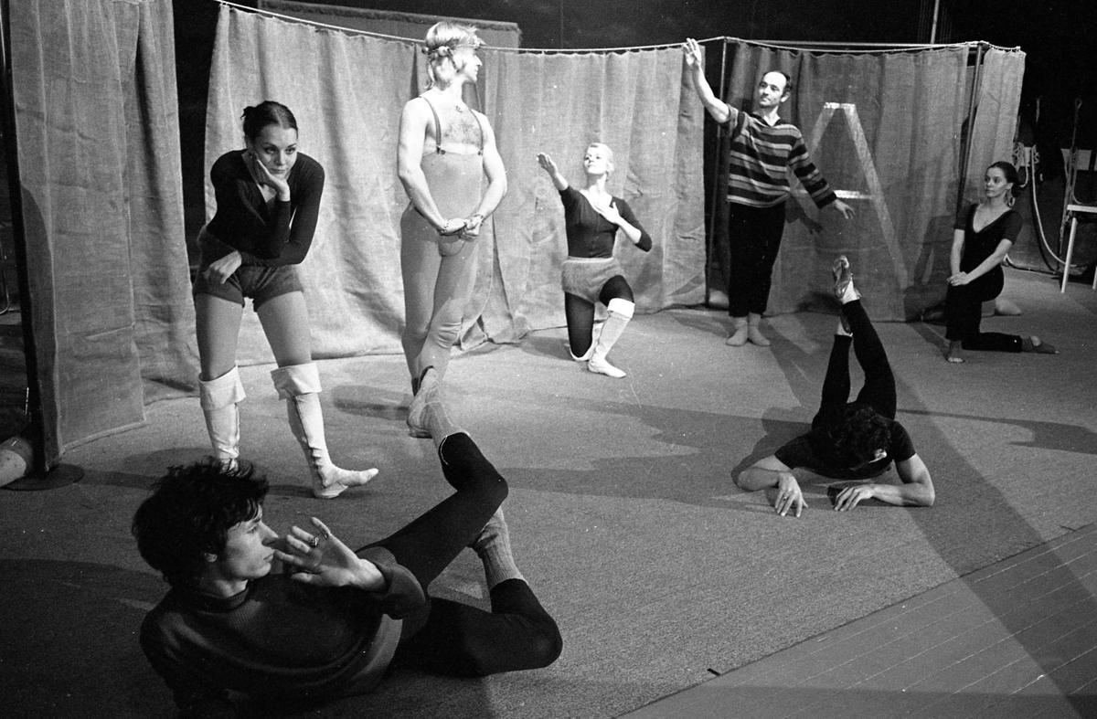 Teater i Arboga. Sju skådespelare, i olika poser, på scenen.