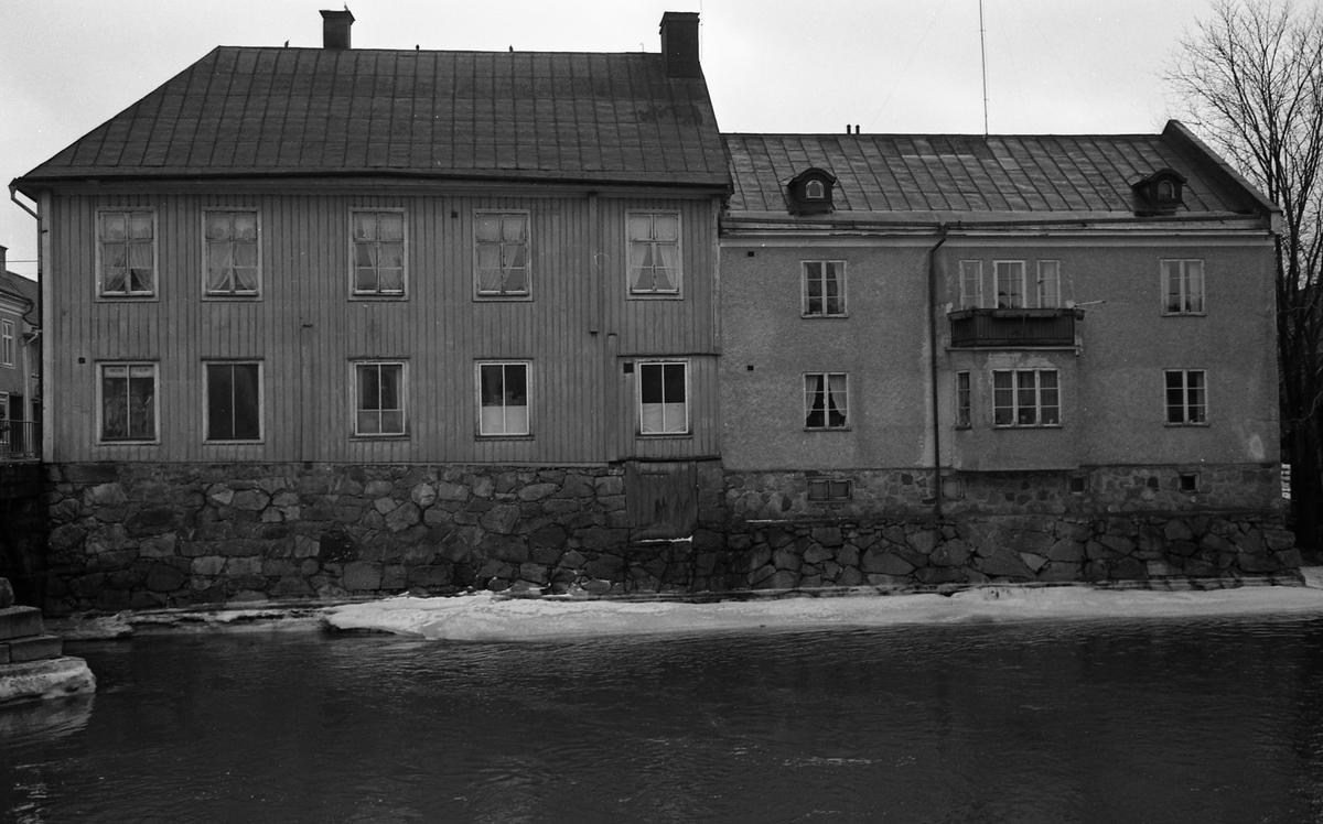 Ågårdar på södra sidan av Arbogaån. Kapellbron anas till vänster i bild. Adressen är Kapellgatan 10. Porträttmålaren Per Krafft den äldre, bodde här på 1700-talet.