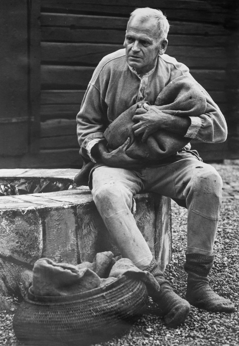 """Giv oss fred. även kallat Arbogaspelet. Sven Johansson spelar främlingen som kommer med sina två små pojkar som någon måste ta hand om sedan modern dött. Giv oss fred är ett teaterstycke skrivet av Rune Lindström 1961. Handlingen, som är inspirerad av Arbogas klosterhistoria, är förlagt till början av 1500-talet. Uruppförandet skedde den 11 augusti 1962 och Rune Lindström spelade Engelbrekt Gertsson. Lions Club i Arboga stod för arrangemanget. Föreställningarna regnade bort och det blev ett stort ekonomiskt bakslag för föreningen. Spelet har framförts igen; 1987, 1988, 2012 och 2015 av medlemmar i """"Bygdespelets Vänner""""."""