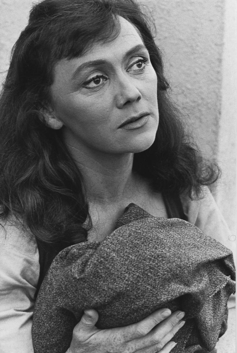 """Astrid Söderbaum spelar rollen som Malena Rödkåpa i den första uppsättningen av skådespelet """"Giv oss fred"""". """"Giv oss fred"""", även kallat """"Arbogaspelet"""", är ett teaterstycke skrivet av Rune Lindström 1961. Handlingen, som är inspirerad av Arbogas klosterhistoria, är förlagt till början av 1500-talet. Uruppförandet skedde den 11 augusti 1962 och Rune Lindström spelade Engelbrekt Gertsson. Lions Club i Arboga stod för arrangemanget. Föreställningarna regnade bort och det blev ett stort ekonomiskt bakslag för föreningen. Spelet har framförts igen; 1987, 1988, 2012 och 2015 av medlemmar i """"Bygdespelets Vänner"""". Fler bilder finns i Reinhold Carlssons bok """"Arboga objektivt sett""""."""