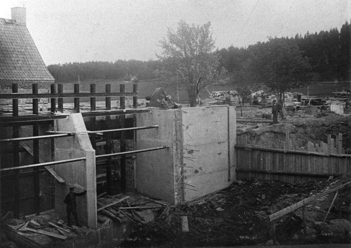 Grindberga kraftstation under byggnad Två män ses på bilden.