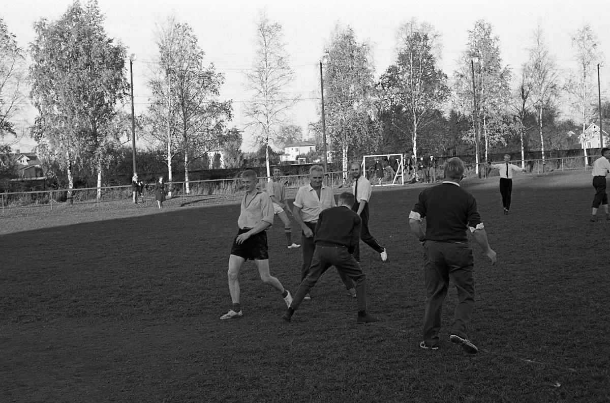 Fotbollsmatch på Sturevallen. Lärare och elever på Tekniska skolan möts. Domare är stadsfullmäktiges ordförande, Jonas Carlsson (mitt i bild).
