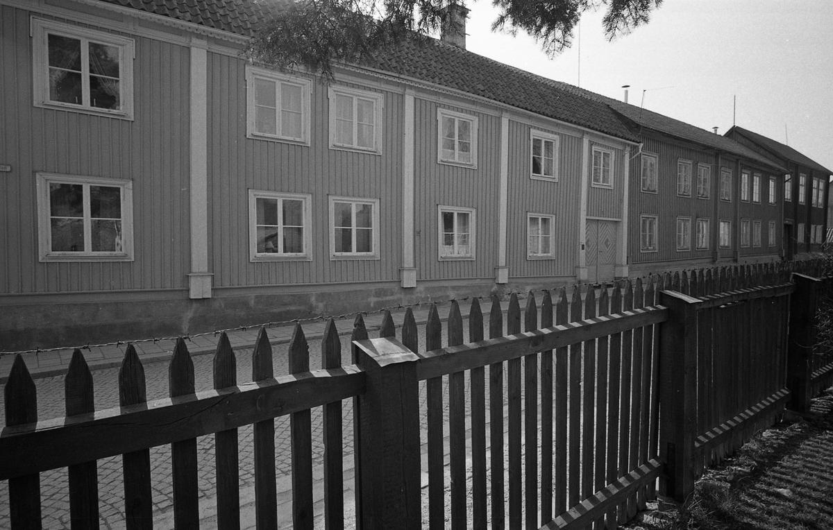 Exteriör av flerfamiljsfastighet. Bostadshus i två våningar. Möjligen Storgatan. Fotografens anteckning: Dokumentation av fastigheter i kvarteren söder och norr om ån. Bilder och beskrivningar finns på Arboga museum. Bostadsmiljö.