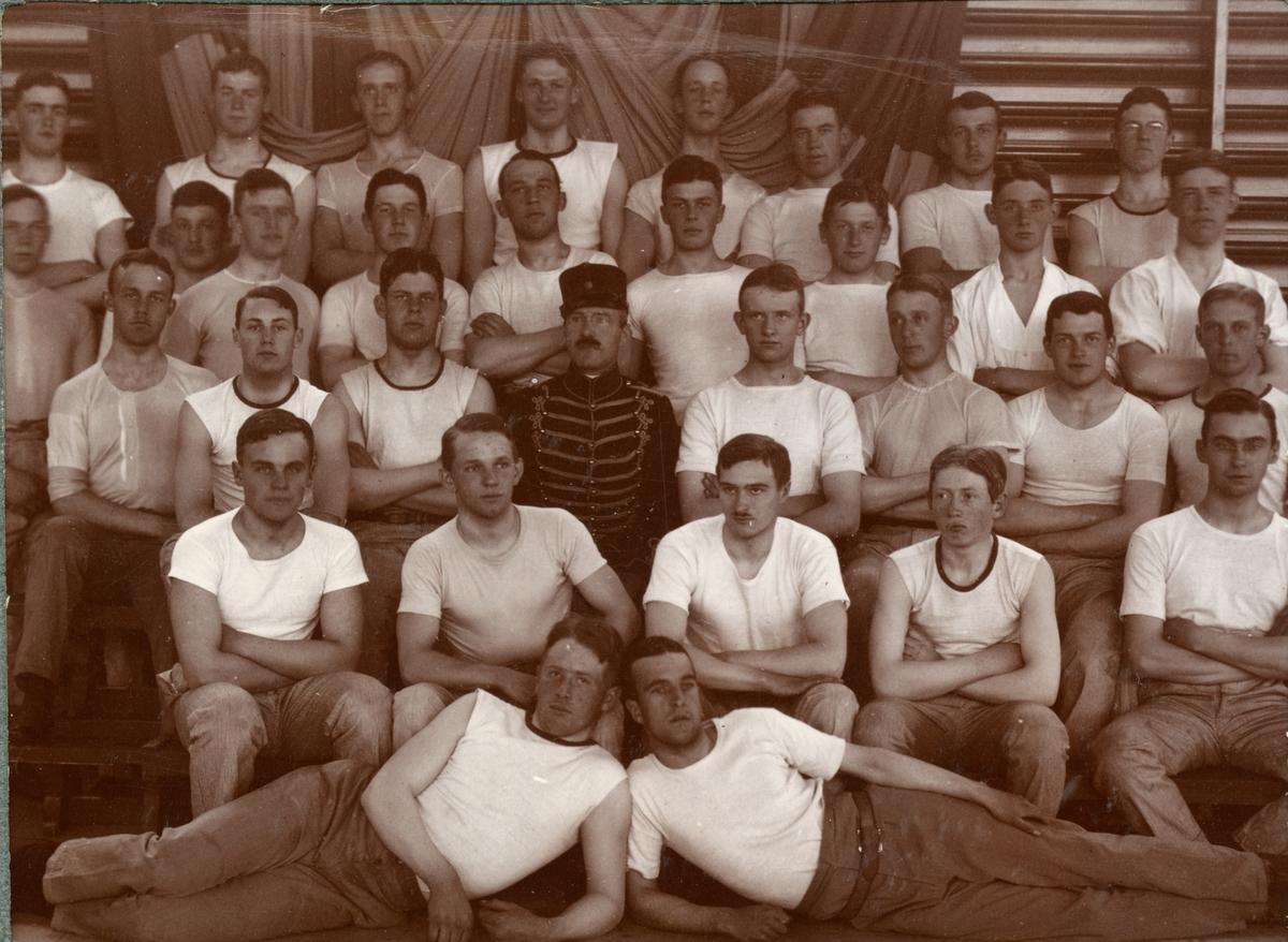 Soldater från Kronprinsens husarregemente K 7 i gymnastiksal.