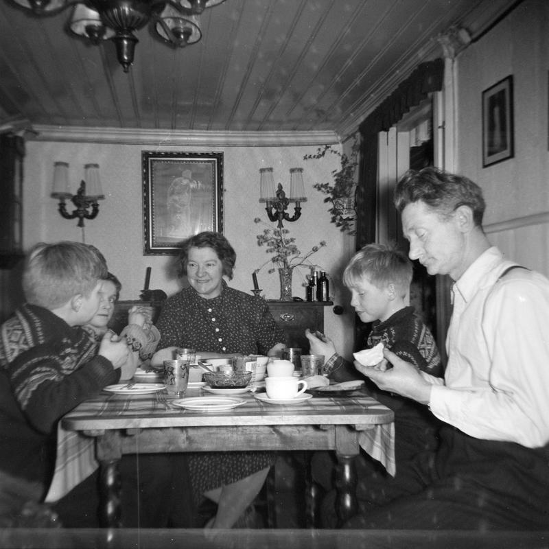 Kveldsmat hos Johansen i Langleiken 9. Turid var nabojente og lekekamerat til Kent og Roger. Barna på Enerhaugen vanket fritt rundt hos naboene. Middagen og kveldsmaten ble inntatt i stua. Om natta var stua soveværelset til foreldrene. Kent og Turid sitter på en Saxodivan som om natta ble til dobbeltseng.