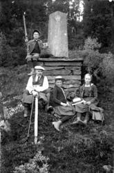 """Gruppebilde ved steinen som markerte  åpningen av """"Kong Carl"""