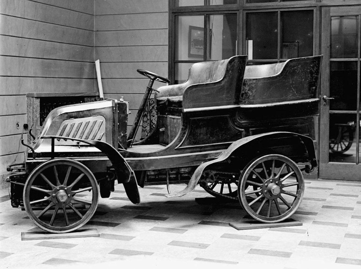 """Motorn tillverkad av Kämper Motorenfabrik, Mariendorf bei Berlin. Fyrsitsig tonneau-kaross med ingång för passagerarna i bakgaveln. Den bakre karossdelen är avtagbar och till bilen finns en täckt lastlåda märkt """"Apot. Nordstjernans Droghandel"""" som kan monteras som alternativ. Fotbroms på ingående axel i växellådan, handbroms på trummor på bakhjulen. Tändsystemet var ursprungligen med torrelement men senare ombyggt till Boschs tändsystem. Från växellådan, via en inbyggd differential, sker kraftöverföring med kedjor till bakhjulen.  Tysk Kämper vattenkyld tvåcylindrig fyrtaktsmotor Cylindervolym 1,89 liter 8 hk vid 800 varv/minut Tre växlar och backväxel, kedjedrivning Högsta fart cirka 35 km/timmen"""
