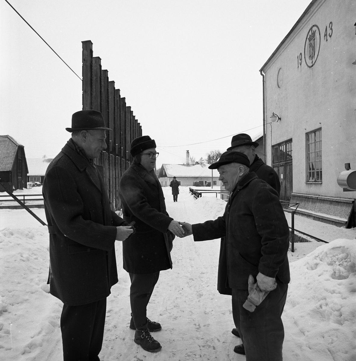 Jäders bruk. Mannen närmast kameran, till höger, är maskinist Karl Pettersson. Jädersbruk.