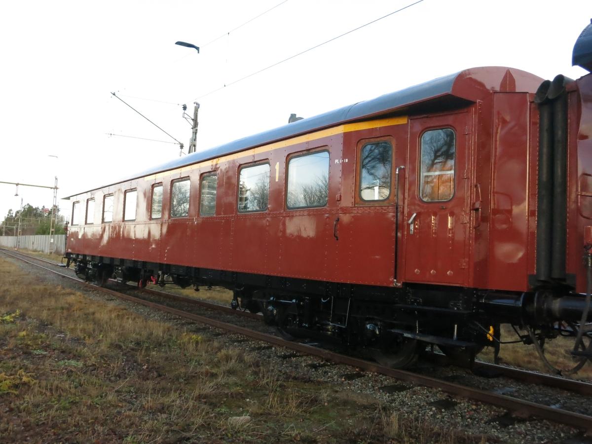 Personvagn ABo6c 2971. Fd ID OKB BCo 51. Rödbrun boggivagn. Insvängda gavlar. 18 platser i första klass och 32 platser i andra klass.  Boggier modell 42. 1961 års utförande. Ommålad 2016.