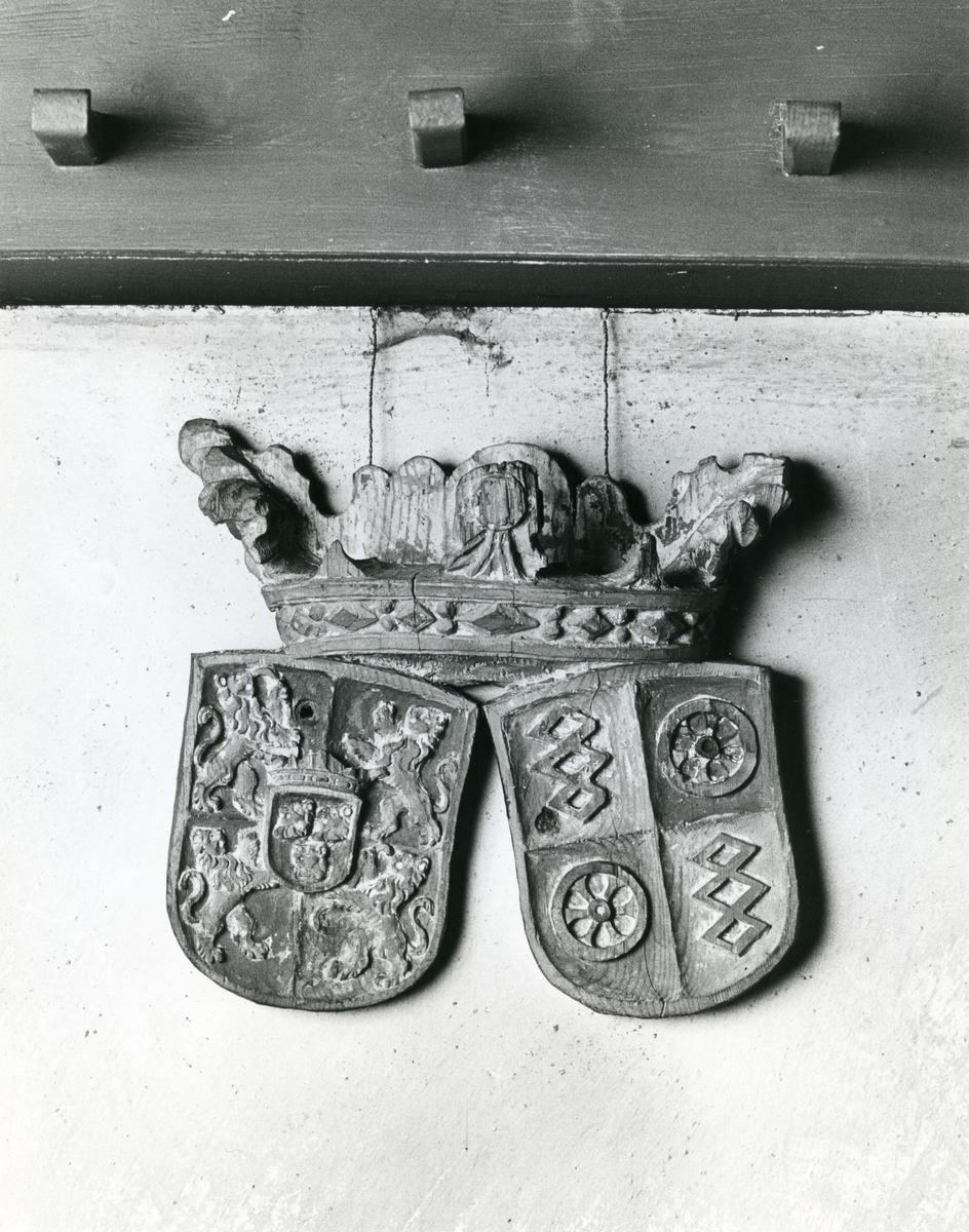Kärrbo sn, Västerås. Epitafium med släktvapen i Kärrbo kyrka. 1980.