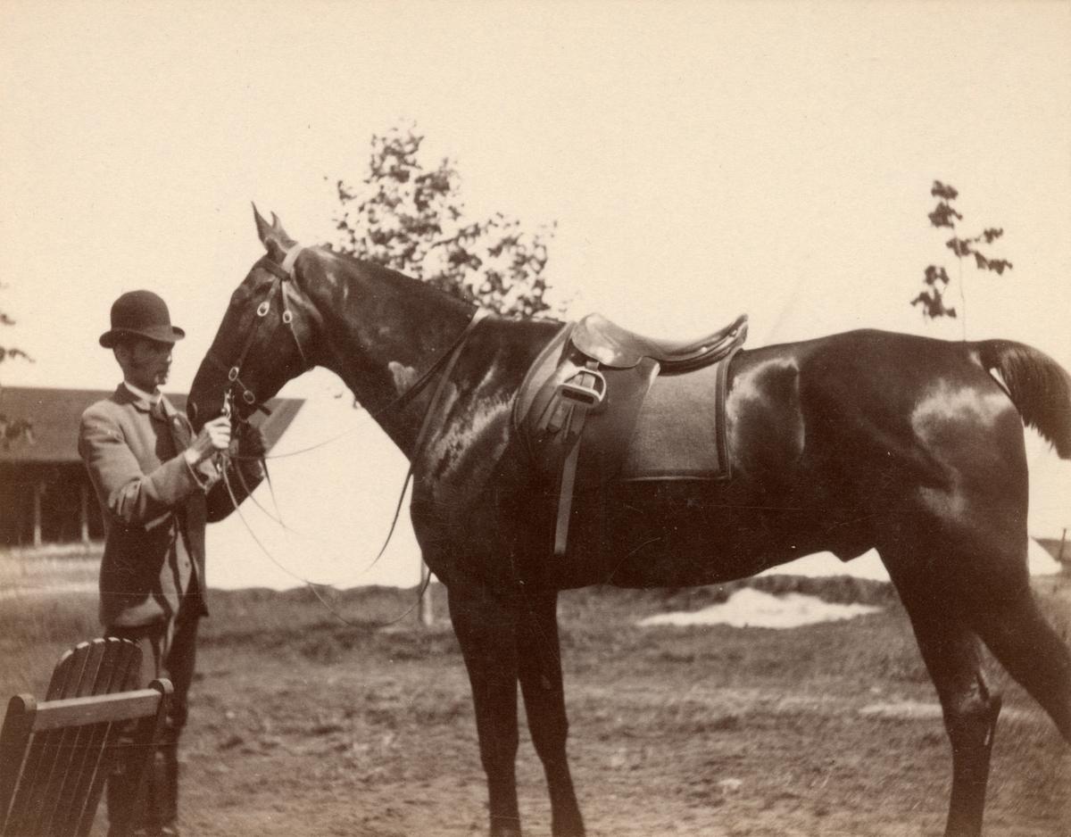 En civil man och häst.