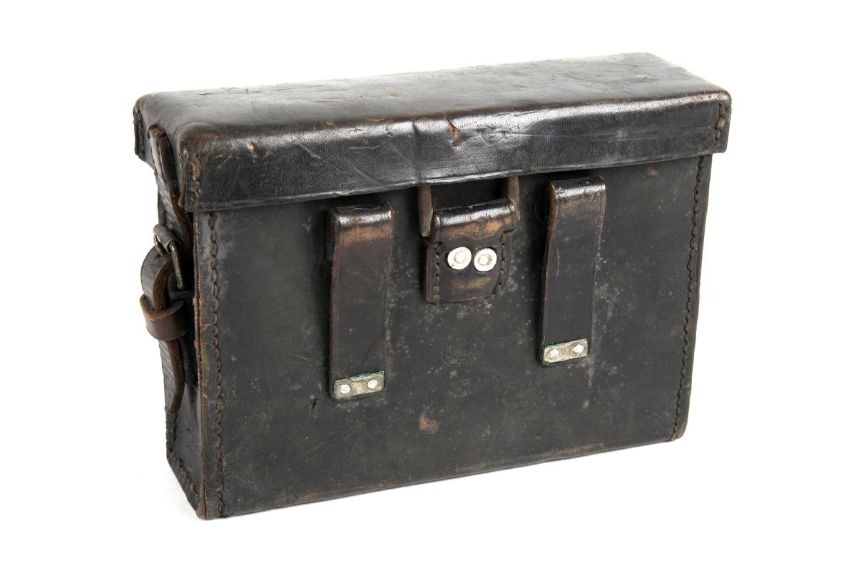 Brun taske som er hengslet, samt åpnes fra kortsiden.