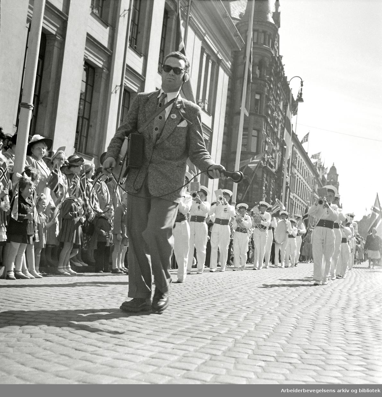17. mai 1952. Barnetoget. Rolf Kirkvaag gjør lydopptak for NRK.
