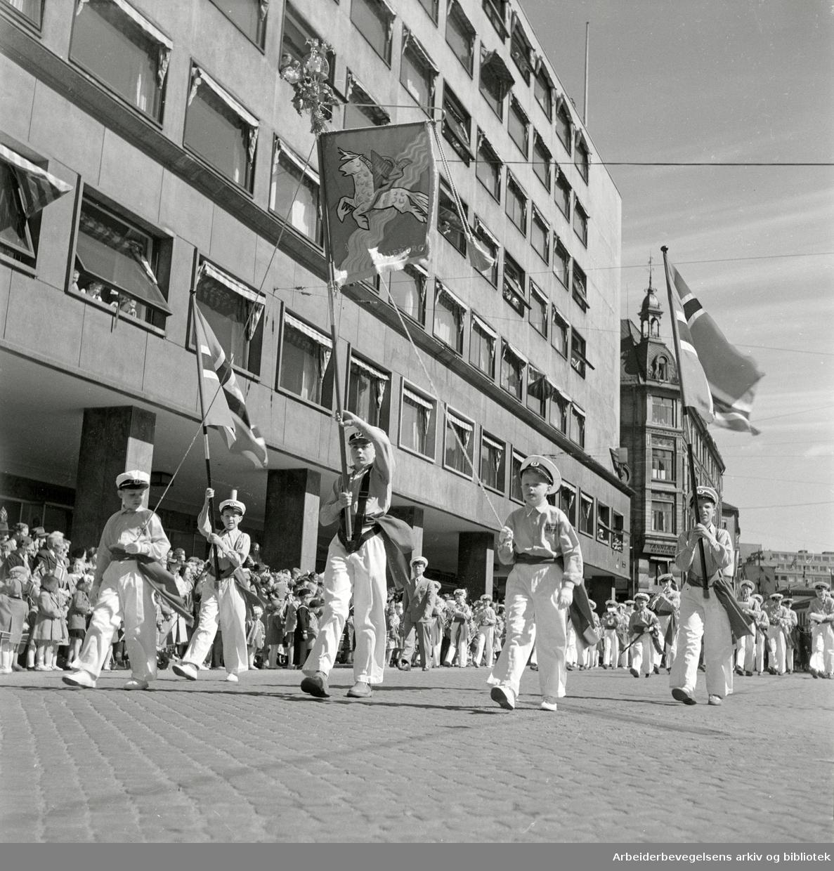 17. mai 1952. Lilleborg Skoles Guttemusikkorps. Storgata i Oslo.