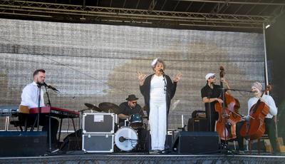 Bandet Low Fly Quintet på scenen.
