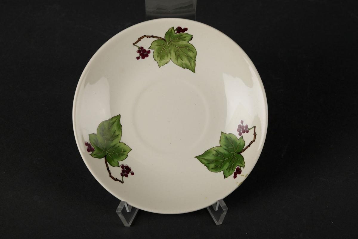 Hvitt tefat, dekorert med tre blader.