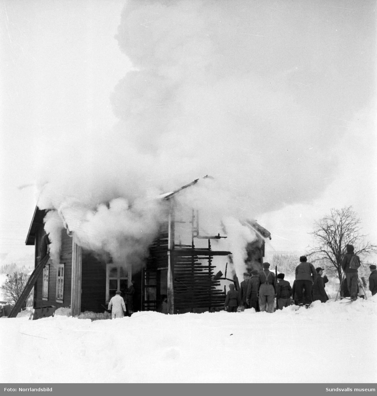 Brandmännen kämpar med att släcka ett övertänt bostadshus i Fillan. Huset låg vid Fillanvägen strax väster om påfartsvägarna mot Alnöbron.
