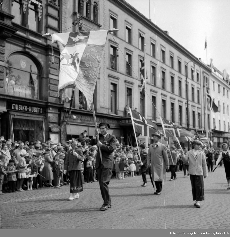 Oppsal Skole med sin nye fane. Barnetoget. 17. mai 1956.