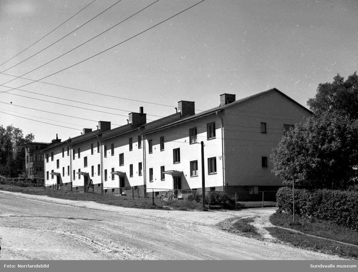 Flerfamiljshus på Nybrogatan 52 A-D. Ovanför skymtar en numera riven träkåk.