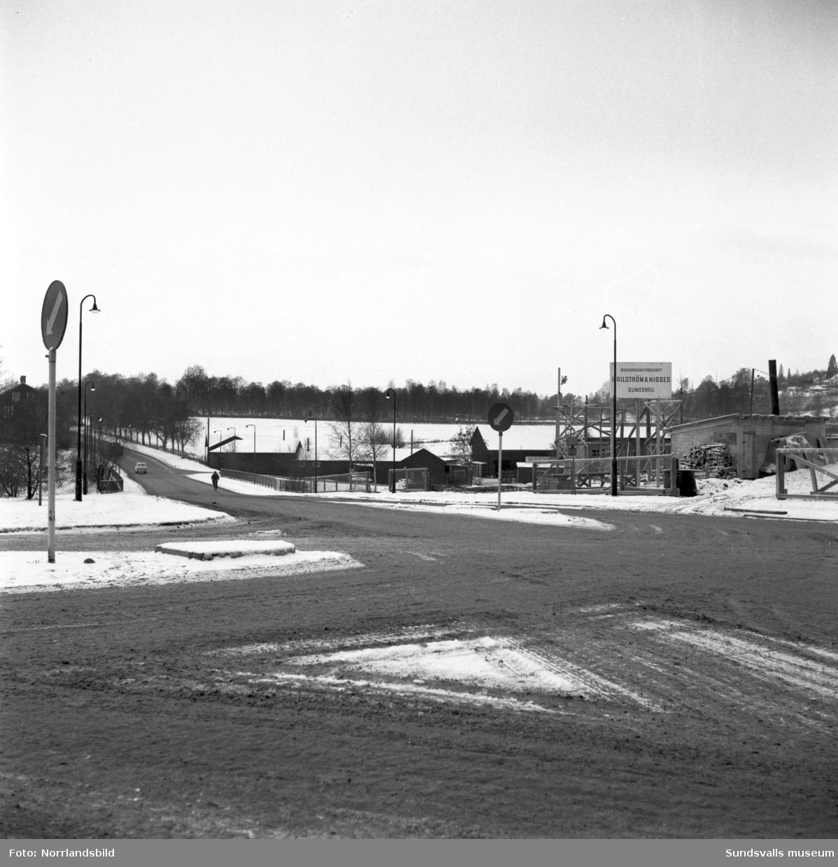 Storgatan västerut vid Sidsjövägen, mot Videsbron, Västra vägen och begravningsplatsen. I vänsterkant Videsgården och Åkroken till höger.