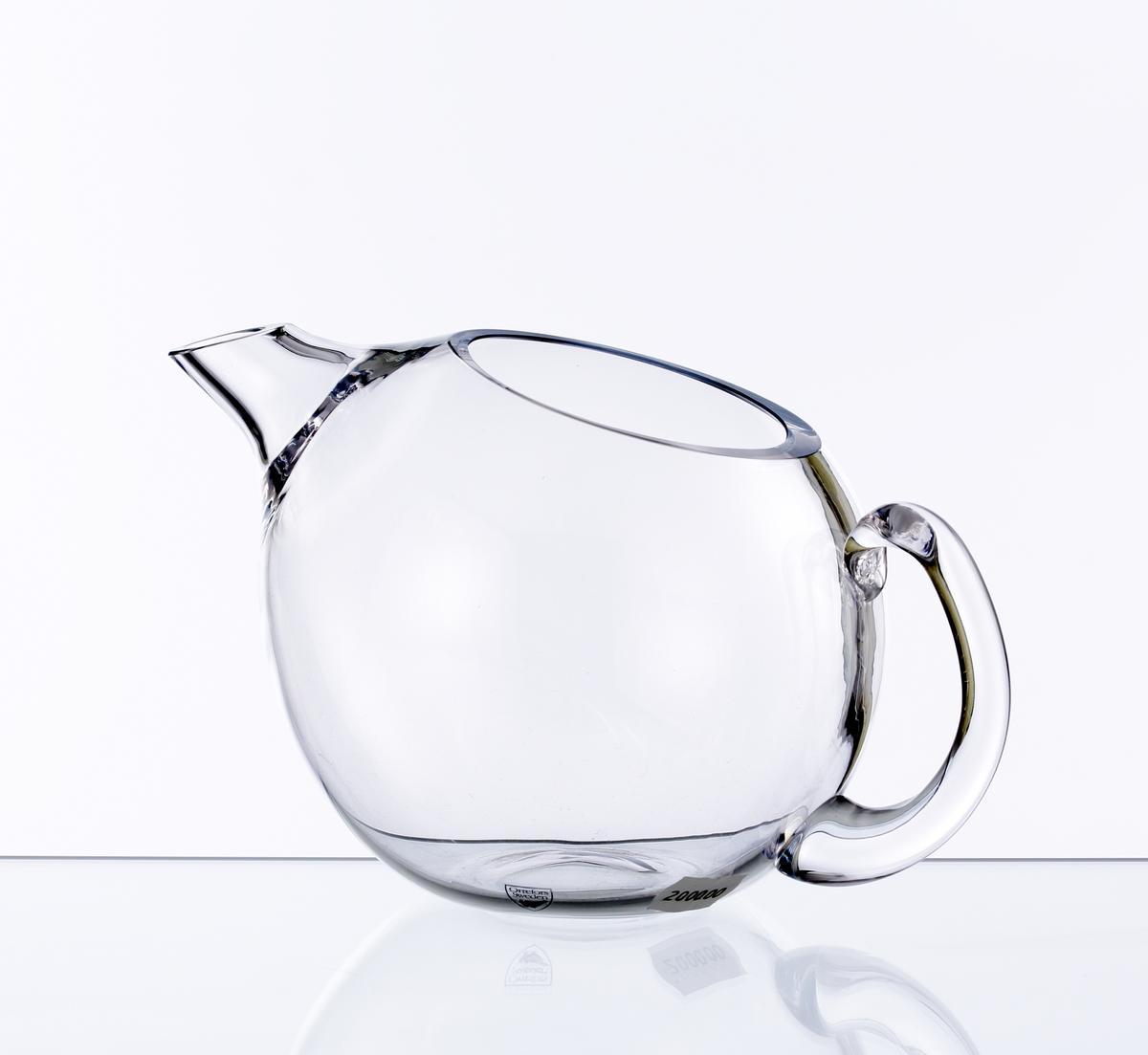 """Kanna """"Mingus"""" med rund kropp som åt ena hållet övergår i en karraktärisktisk och något säregen pip. På motsatt sida en grep. Artikelnumret från 1930-talet anges """"LS 1193 Mingus"""" Etikett: Vapenskjöld med orren och texten """"Orrefors Sweden"""" i silver."""