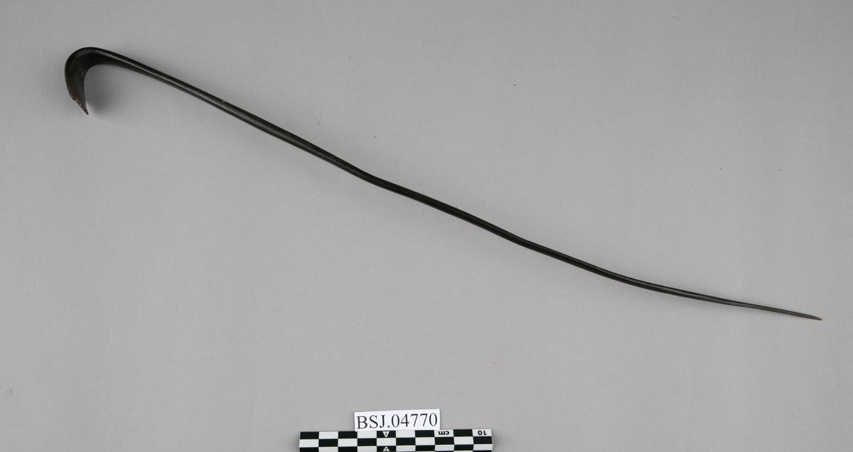 Kløpinne av tre. Lang tynn pinn hvor den ene ende er bøyet tilbake og har tenner. Benyttes for å klø seg på ryggen.