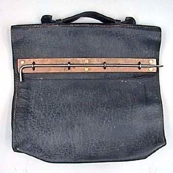 Väska eller portfölj av svart läder med mässingsbeslag.
