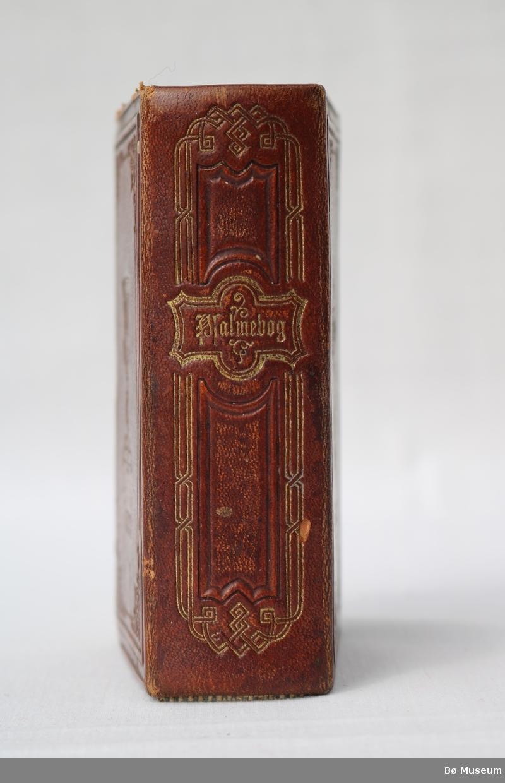 Salmebok med kors, ornamentikk og inskripsjon på framsida. Beger, ornamentikk og årstal på baksida.