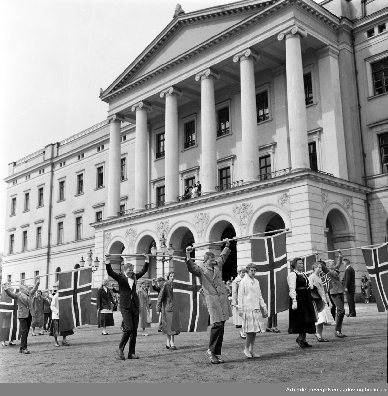 Barnetoget. Flaggborg. Slottet. 17. mai 1958.